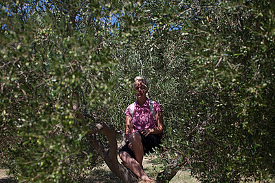 Frau im Olivenhain - p906m1362782 von Wassily Zittel