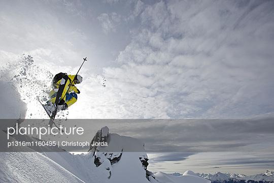 Freerider springt über einen Felsvorsprung, Chandolin, Anniviers, Wallis, Schweiz - p1316m1160495 von Christoph Jorda