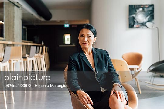 Italy, Portrait of businesswoman sitting in creative studio - p924m2300672 by Eugenio Marongiu