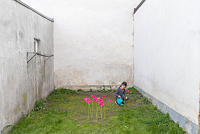 Girl watering flowers - p1625m2273244 by Dr. med.