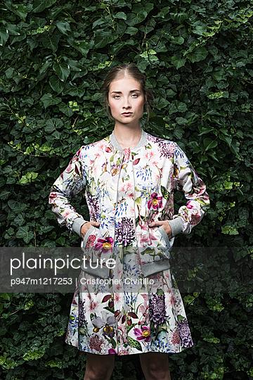 Junge Frau mit geblümtem Kleid - p947m1217253 von Cristopher Civitillo