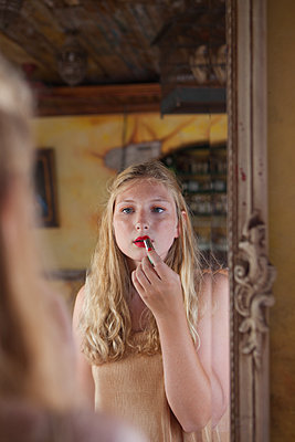 Lippen bemalen - p045m1589593 von Jasmin Sander