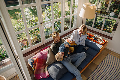 Happy family in sunroom at home - p300m2205484 by Kniel Synnatzschke