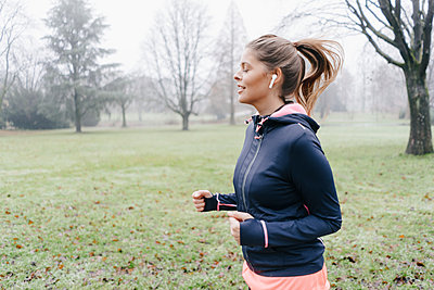 Young woman jogging in the park - p586m1539448 by Kniel Synnatzschke