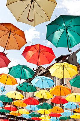 Bunte Schirme - p781m944876 von Angela Franke