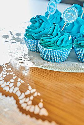 Blaue Cupcakes - p954m2231270 von Heidi Mayer