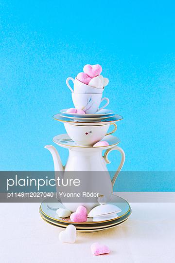 plainpicture - plainpicture p1149m2027040 - Stack of coffee set and coo... - plainpicture/Yvonne Röder