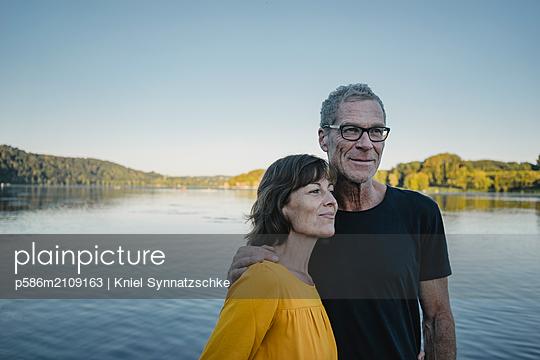 Portrait of mature couple at Lake Baldeneysee - p586m2109163 by Kniel Synnatzschke