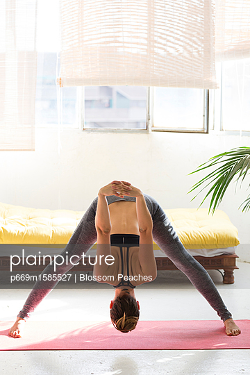 plainpicture - plainpicture p669m1585527 - Woman Practicing Yoga, Wide... - plainpicture/Ableimages/Blossom Peaches