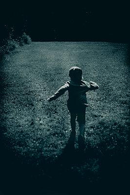 Boy running away - p1028m2208712 by Jean Marmeisse