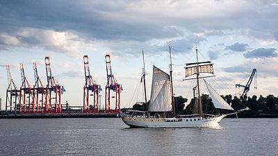 Segelschiff auf der Elbe - p1202m1425655 von Jörg Schwalfenberg