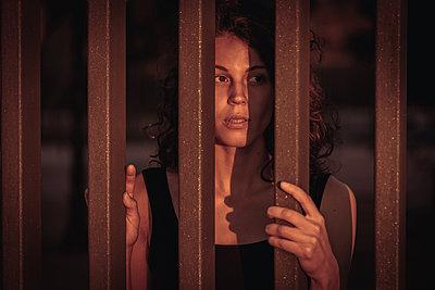 Frau hinter Gitter  - p1474m2053522 von Yuriy Orgakov