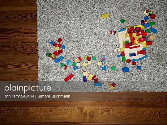 Bauklötze auf einem Teppich im Kinderzimmer - p1171m1540444 von SimonPuschmann