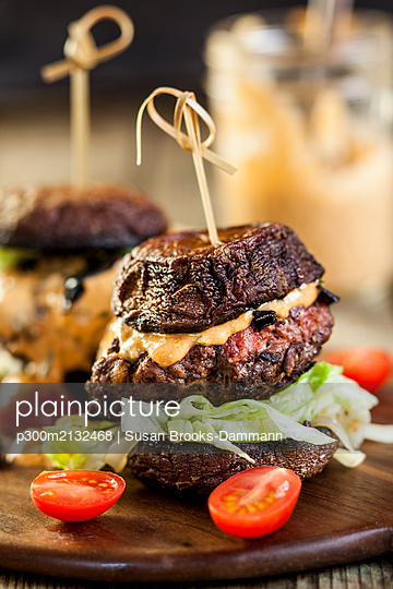 Close-up of fresh burger on served on table - p300m2132468 by Susan Brooks-Dammann