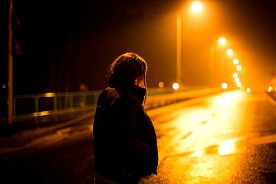 Frau steht nachts auf Straße - p1301m1527709 von Delia Baum