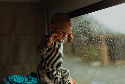 Baby playing in motorhome, Queenstown, Canterbury, New Zealand - p924m2098164 by Peter Amend