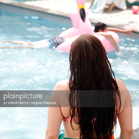 Young woman by the pool - p1105m2196316 by Virginie Plauchut