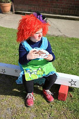 Clown mampft Kuchen - p045m1034358 von Jasmin Sander