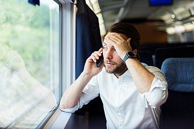 Geschäftsmann telefoniert im Zug - p1114m1159781 von Carina Wendland