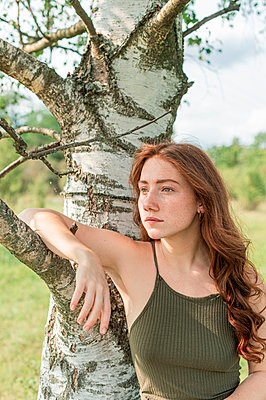 Red-haired woman standing at a birch, portrait - p1609m2254076 by Katrin Wolfmeier