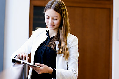 Businesswoman using digital tablet - p429m2032310 by suedhang