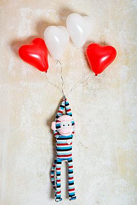 Strickaffe mit 4 Herzballons - p451m1218797 von Anja Weber-Decker