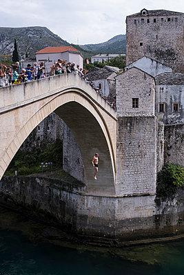 Sprung von der Brücke Stari Most in Mostar - p1046m1045289 von Moritz Küstner
