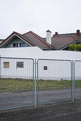 Eigenheime hinter Zäunen und Mauern - p586m899738 von Kniel Synnatzschke
