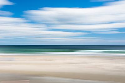 Strand und Wolken - p954m1171327 von Heidi Mayer