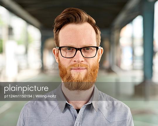 Junger Mann mit Bart und Brille - p1124m1150194 von Willing-Holtz