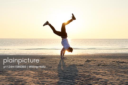 Akrobat am Strand - p1124m1589365 von Willing-Holtz