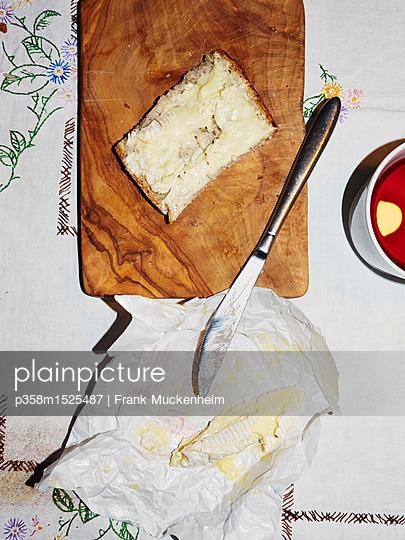 Brot mit Camembert - p358m1525487 von Frank Muckenheim