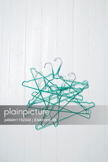 Kleiderbügel - p464m1152343 von Elektrons 08
