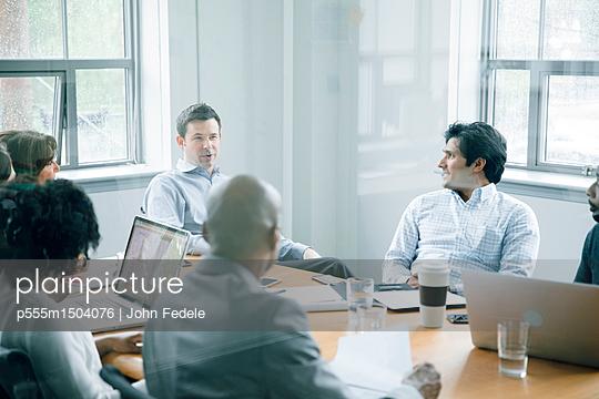 Business people talking behind window in meeting - p555m1504076 by John Fedele