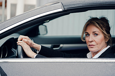 Portrait of confident senior businesswoman in car - p300m1588103 by Kniel Synnatzschke