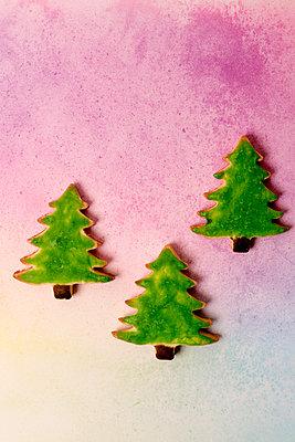 Drei gebackene Tannenbäume - p451m2086929 von Anja Weber-Decker