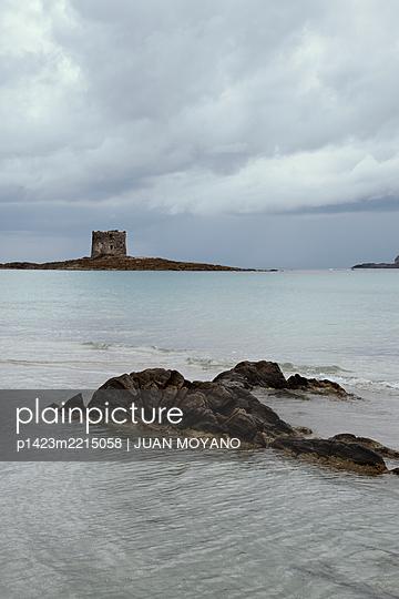 Spiaggia della Pelosa beach in Sardinia, Italy - p1423m2215058 von JUAN MOYANO