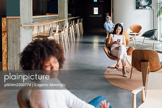 Italy, People working in creative studio - p924m2300774 by Eugenio Marongiu