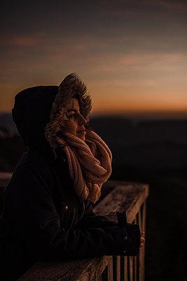 Woman enjoying a sunset - p1455m2064218 by Ingmar Wein