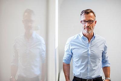 Portrait of confident mature businessman in office - p300m1562699 by Daniel Ingold