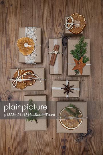 Christmas presents - p1323m2141319 von Sarah Toure