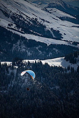 France, Paragliding in winter - p1007m2216446 by Tilby Vattard