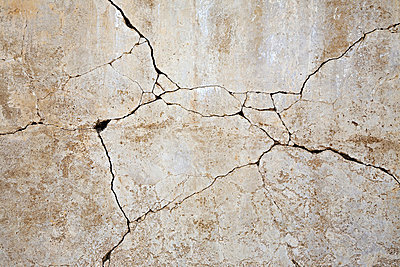 Cracked concrete wall - p9246717f by Image Source