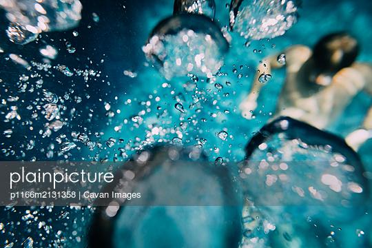Small bubbles towards the blue surface - p1166m2131358 by Cavan Images