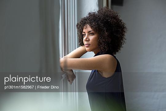 Junge Frau am Fenster - p1301m1582967 von Delia Baum