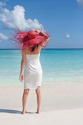 Frau am Strand - p0452394 von Jasmin Sander