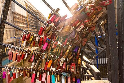 Germany, Hamburg, Love Locks on a bridge at the Hafencity  - p1332m2203303 by Tamboly