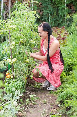Frau im Garten - p220m932123 von Kai Jabs