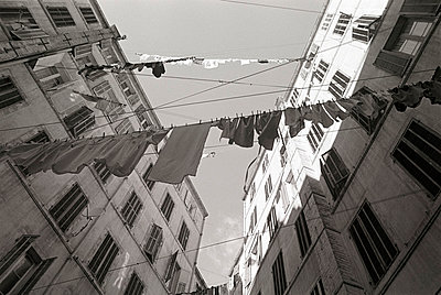 France, Marseille, backyard, washings on the line - p300m879485 by Tom Hoenig