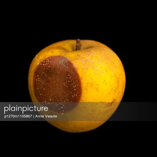 Angefaulter Apfel - p1270m1105867 von Anne Veaute